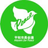 Eine weiße Taube mit dem englischen und japanischen Schriftzug Mayors for Peace