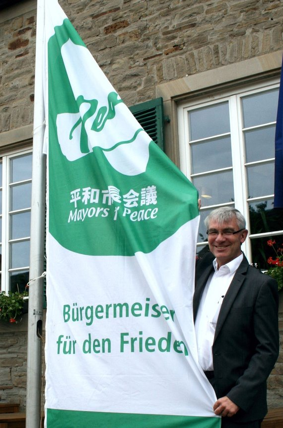 Bürgermeister Klaus pesch mit der Mayors for Peace - Flagge