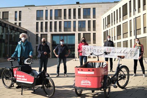 6 Personen mit zwei Lastenrädern auf einem Platz vor dem Ratinger Rathaus
