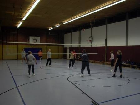 Volleyballgruppe in der Turnhalle Poststraße
